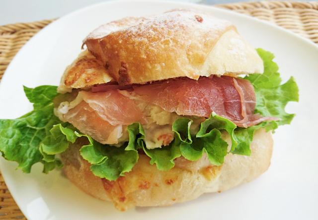 もっちりーな生ハム&ポテトサラダ 380円(税込み)